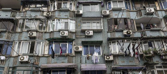 El compresor del aire acondicionado no se puede instalar en la fachada del edificio